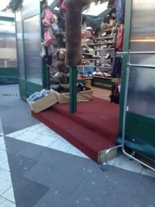 Här blir det stopp. Julmarknaden på Sergels torg är inget för den som sitter i rullstol. Foto: Angelica Hagman 7 dec